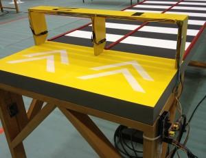 このために特製のシールドを製作し、コースのゴール部分に取り付けた赤外線LEDと赤外線センサに接続しています