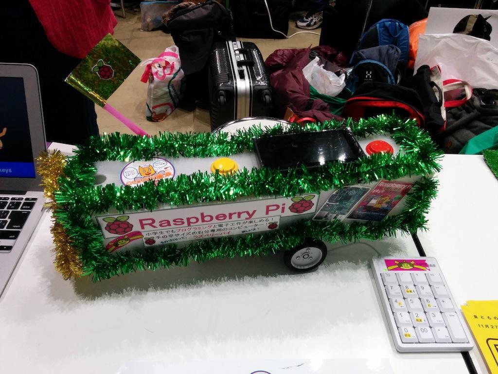 小学校4年生の子の作品。Raspberry Piで動くScratchでプログラミングしてある「ラズパイカー」。