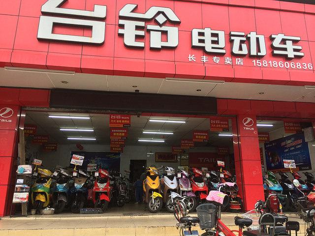 バイク屋さんにはたくさんの電動バイクが売られていました。1元=20円くらいなので、3,000元だと6万円くらいです。