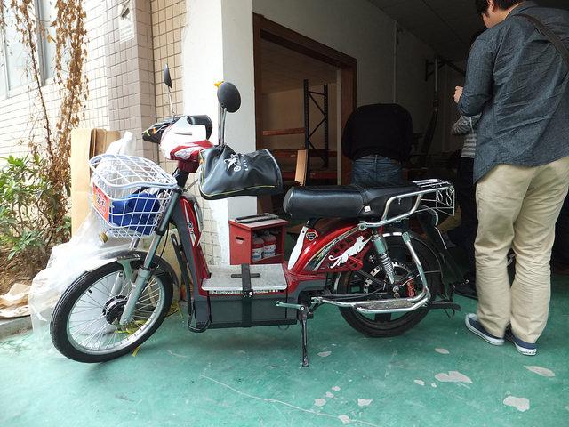 一見普通のバイクですが、足を置くところの下に鉛蓄電池が並べられています。