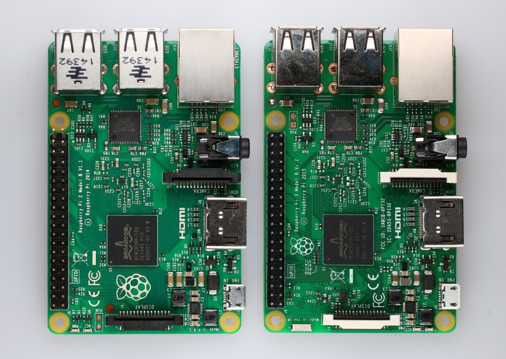 左がRaspberry Pi 2 Model B、右がRaspberry Pi 3です。