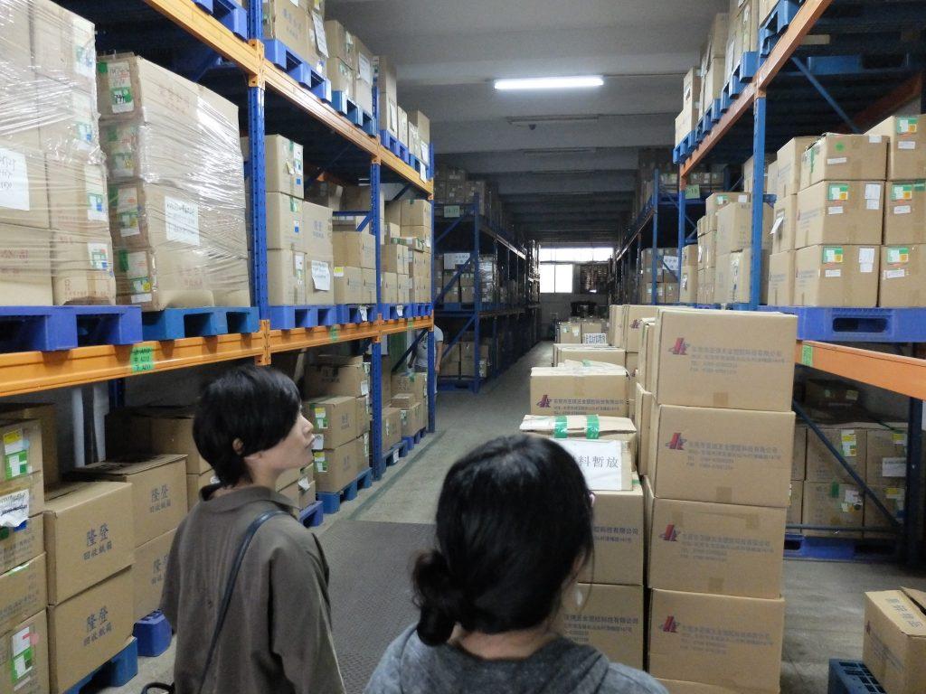 こちらは部品倉庫。温湿度管理された部屋に置かれています。先入れ先出しなどもきちんと管理されています。