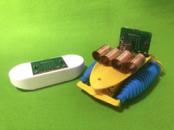 動かすときはmicro:bitを組み込んだコントローラー(左)を使います。
